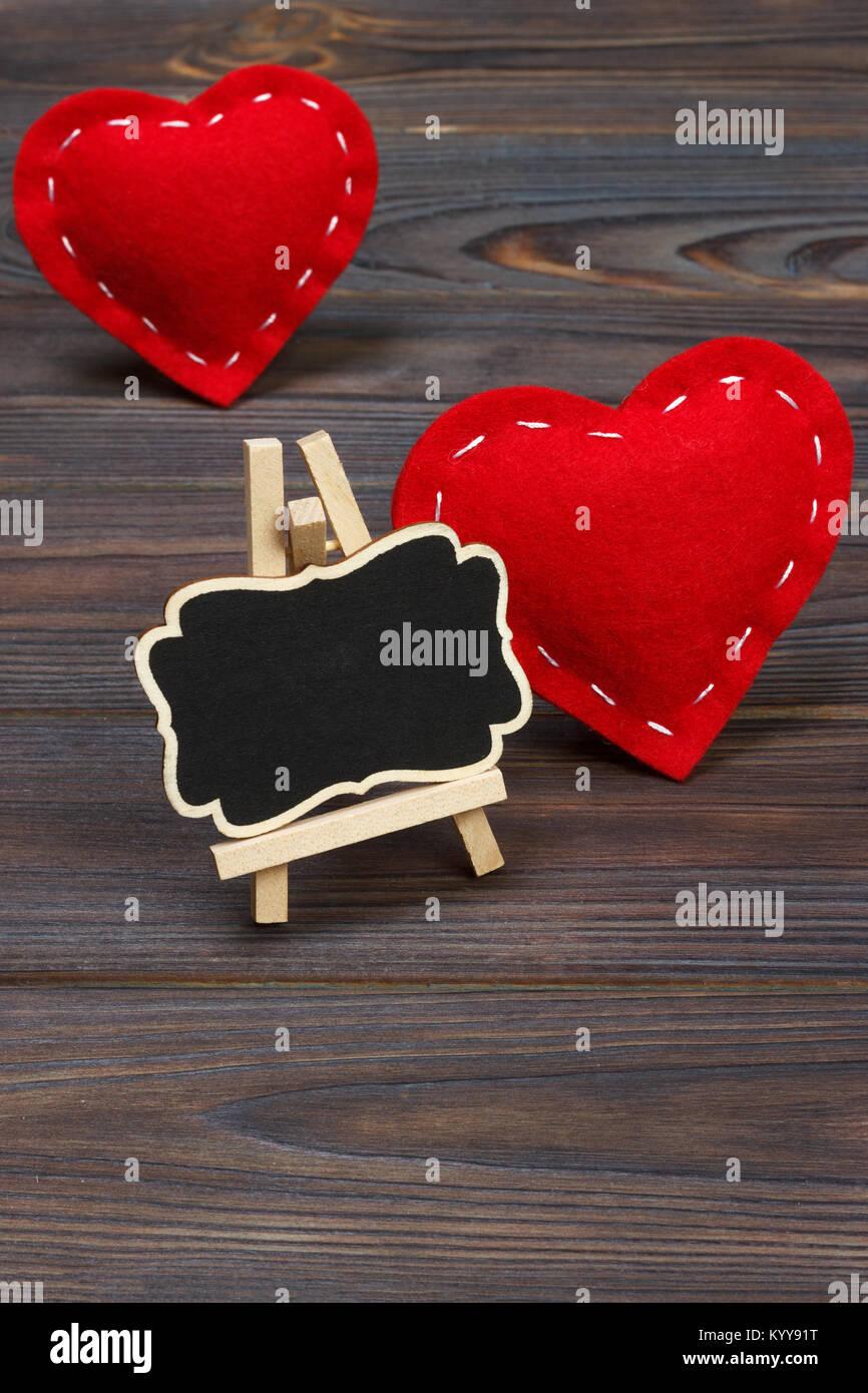 Cuore Rosso E Piccola Lavagna Con Copia Spazio Su Uno Sfondo Nero