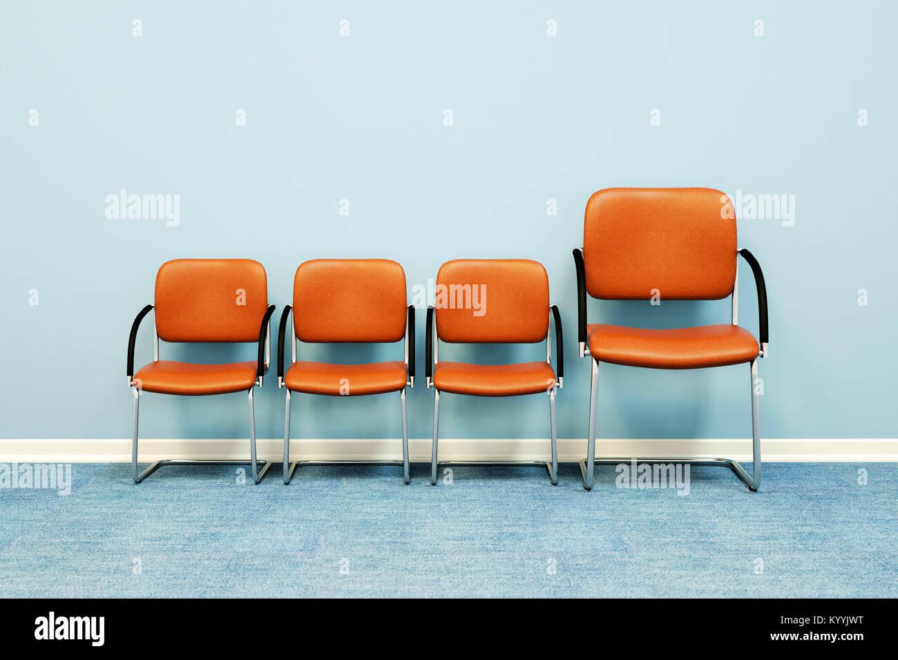 Una grande e tre piccole sedie in fila contro una parete in una stanza vuota - Concetto di immagine Immagini Stock