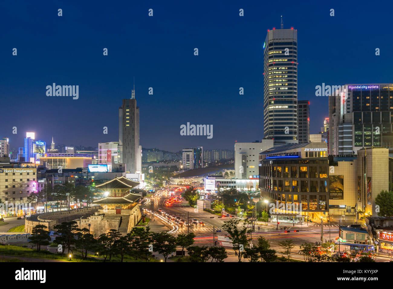 Seoul, Corea del Sud - Heunginjimun gate o gate di Dongdaemun e moderni edifici del centro cittadino di Seoul, Corea Immagini Stock