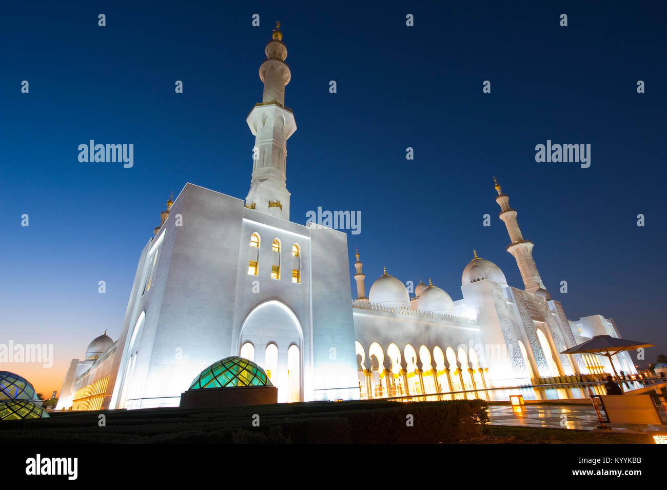 ABU DHABI, Emirati Arabi Uniti - 31 DIC 2017: Esterno della Moschea Sheikh Zayed di Abu Dhabi nel crepuscolo. Si Immagini Stock