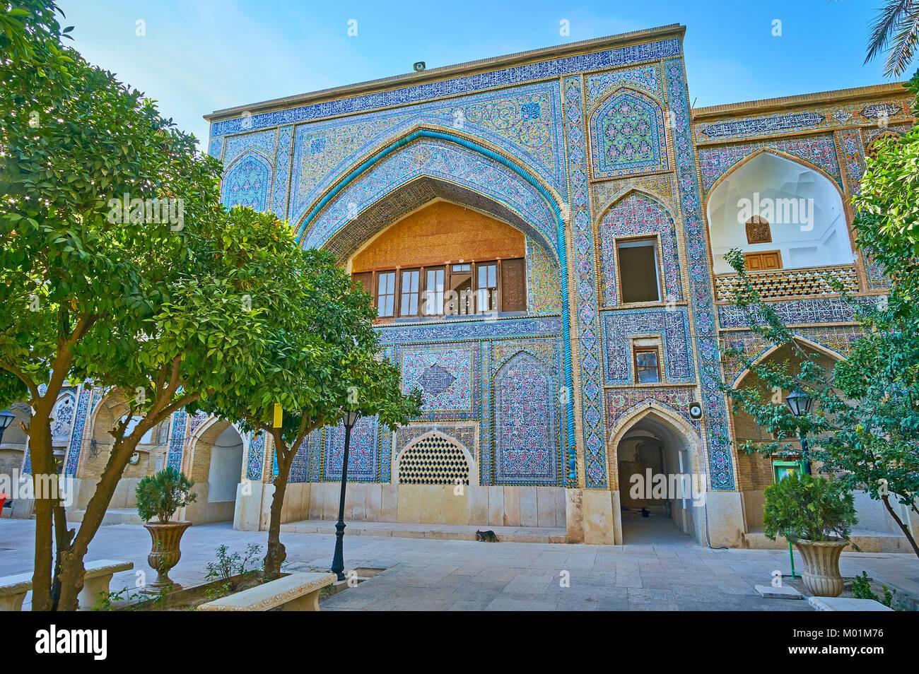 Il iwan portale di madraseh ye khan è decorato con luminosi