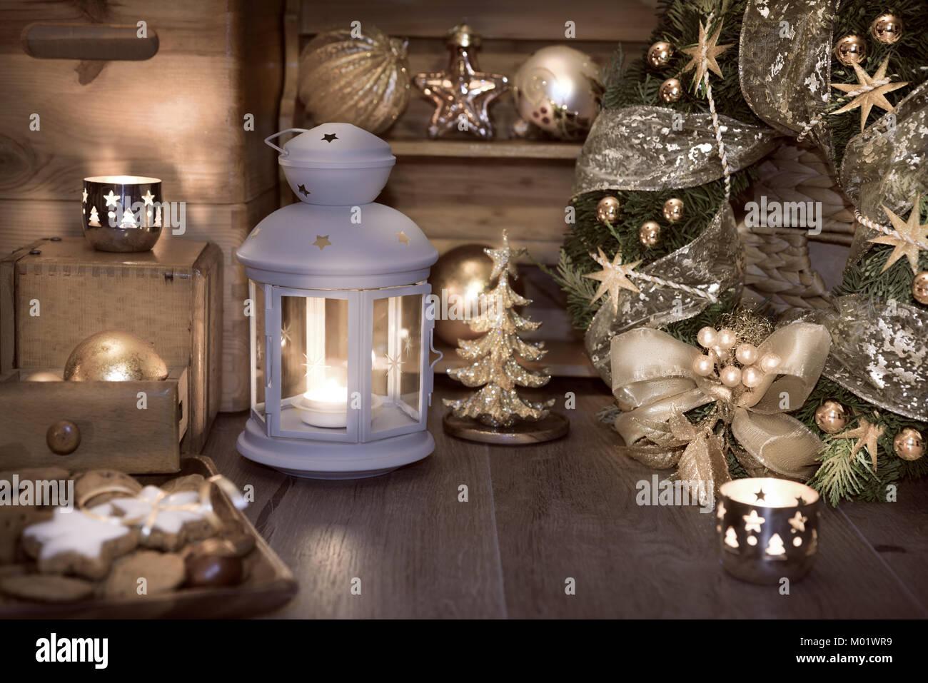 Lanterna decorativa, candele e decorazioni di Natale sulla ...
