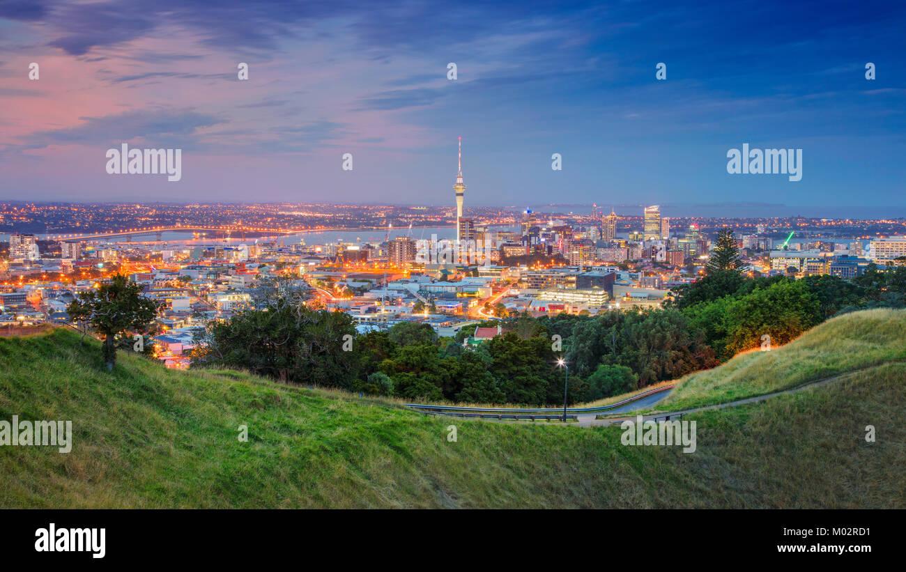 Auckland. Cityscape immagine della skyline di Auckland, Nuova Zelanda presi da Mt. Eden al tramonto. Foto Stock