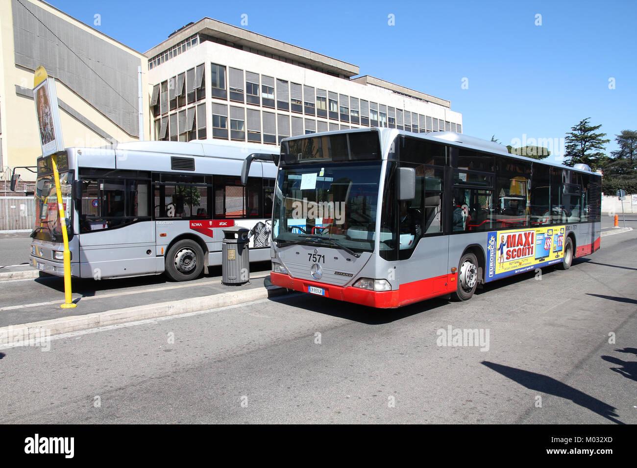 Roma - Aprile 9: Persone scheda bus Mercedes azionato da ATAC il 9 aprile 2012 a Roma. Con 350 linee di autobus Immagini Stock