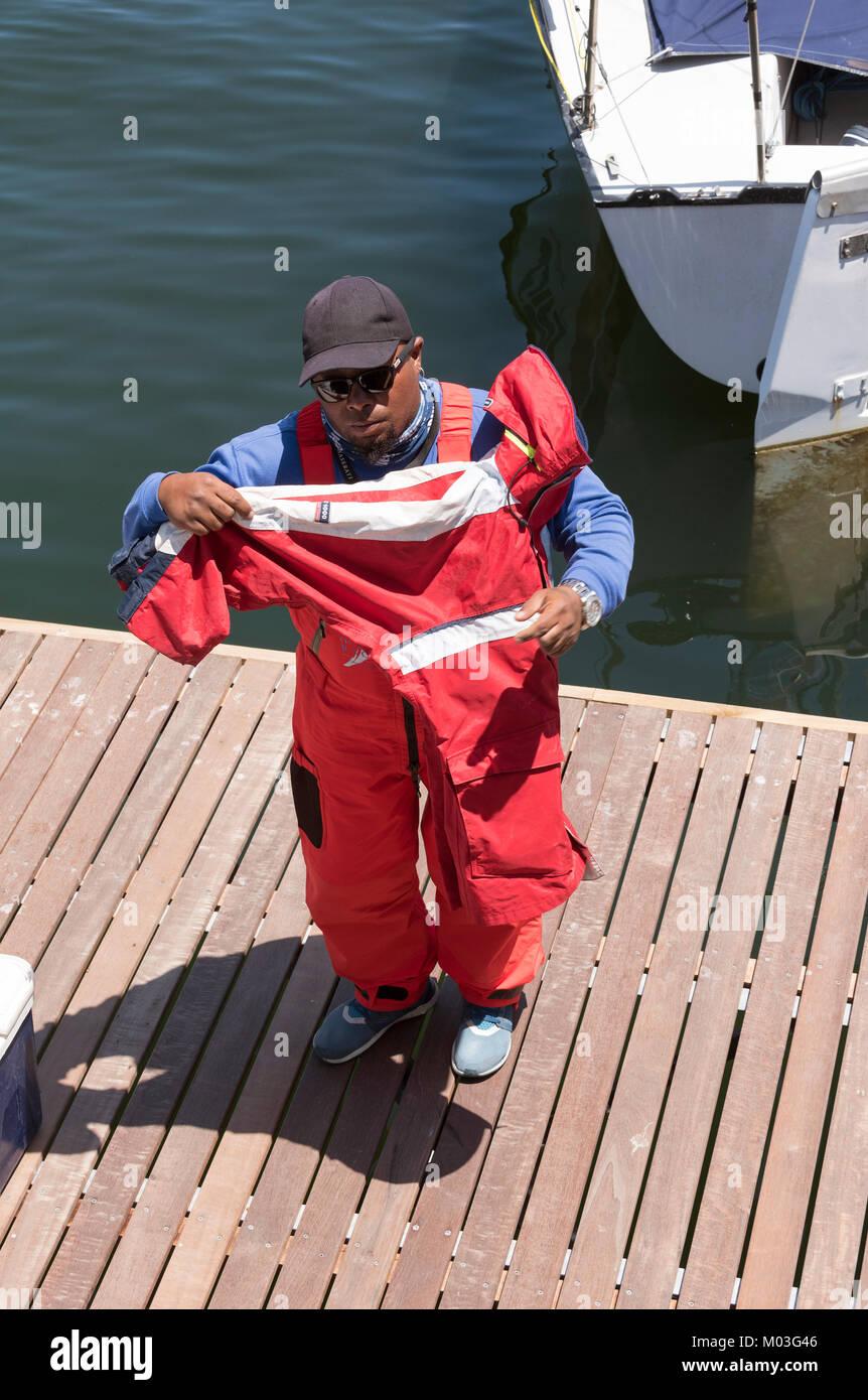 Cape Town Waterfront Sud Africa. Dicembre 2017. Yachtsman mettendo su abbigliamento protettivo. Volvo Ocean Race. Immagini Stock