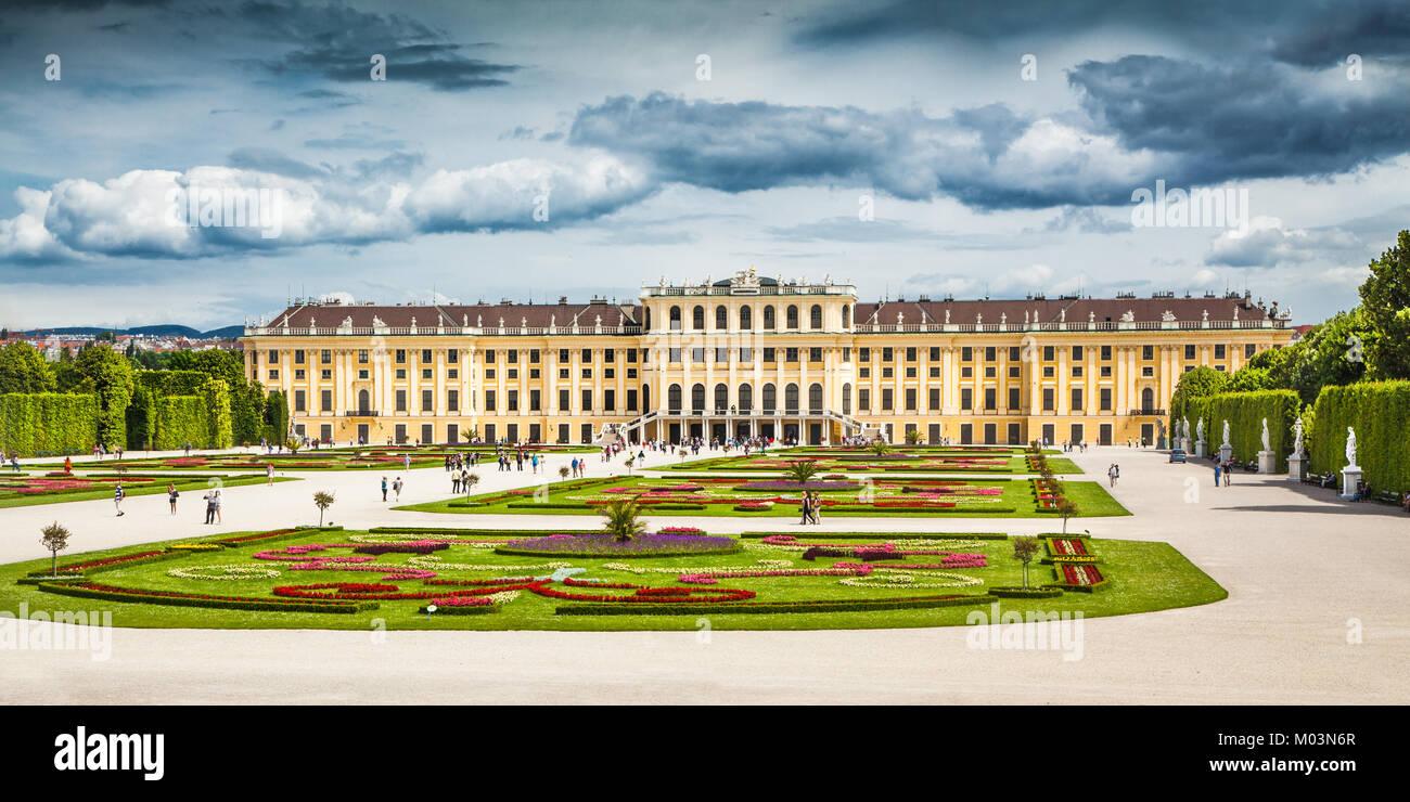 Bellissima vista del famoso Palazzo di Schonbrunn con grande parterre giardino di Vienna in Austria Immagini Stock