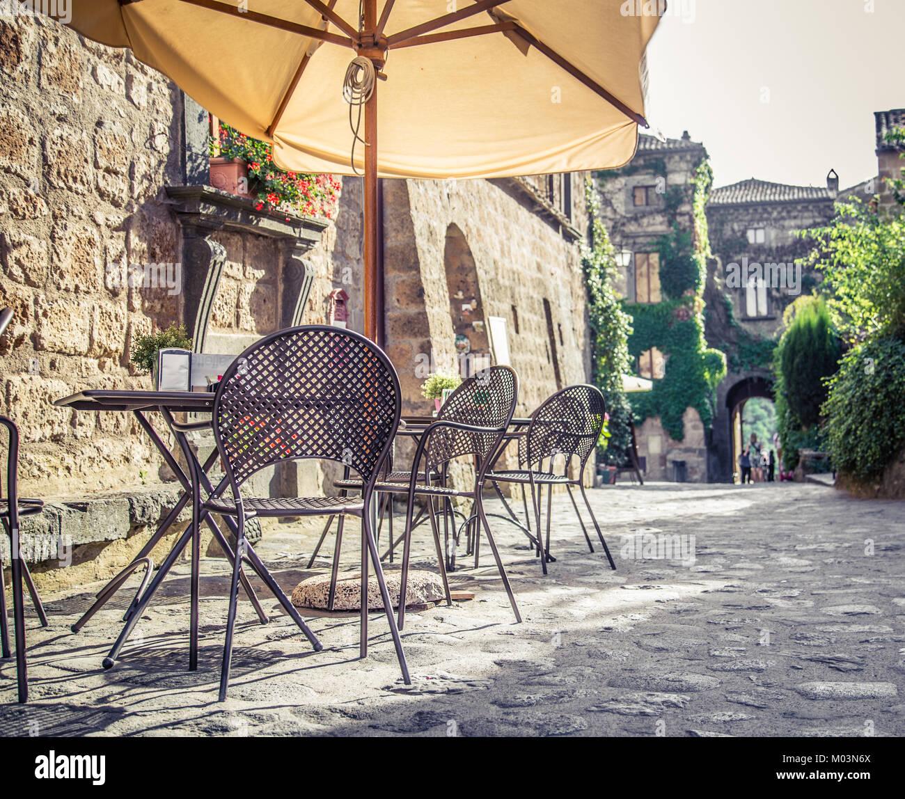 Tavoli E Sedie Stile Vintage.Cafe Con Tavoli E Sedie In Una Vecchia Strada In Europa Con Retro