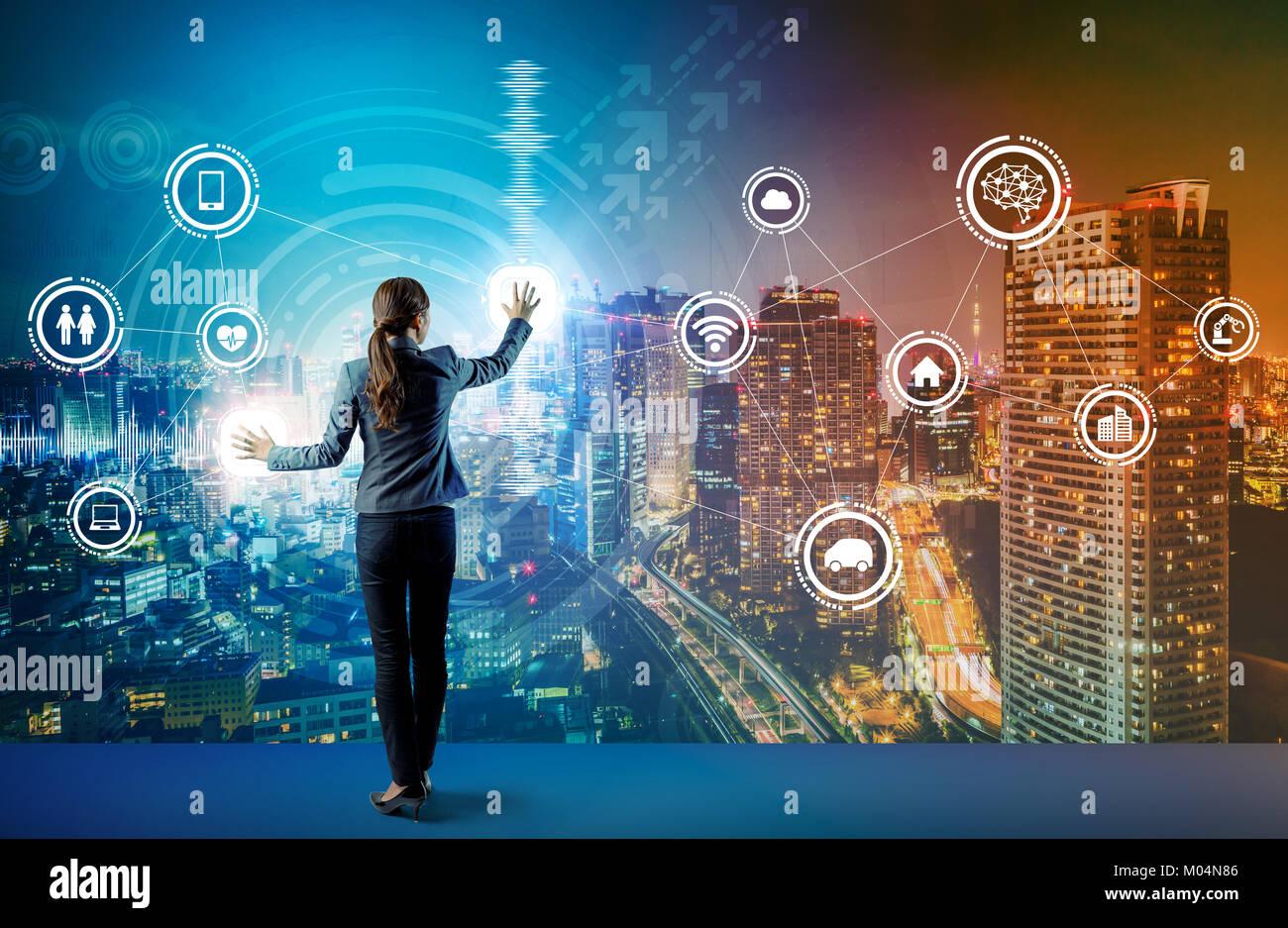 Giovane uomo d affari e interfaccia utente grafica concetto. Intelligenza artificiale. Internet delle cose. La tecnologia Immagini Stock