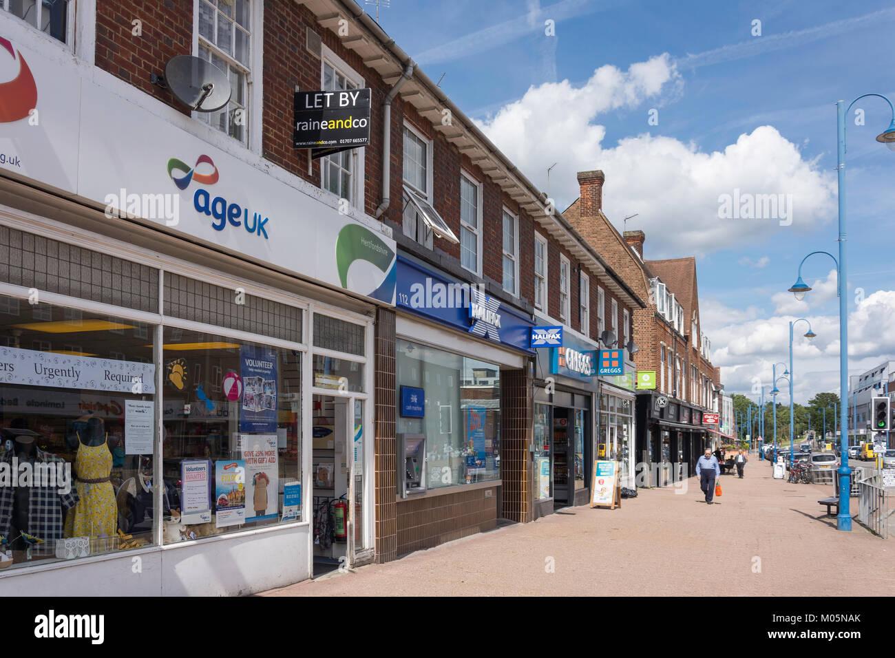 Negozi e banche su Darkes Lane, Potters Bar, Hertfordshire, England, Regno Unito Immagini Stock