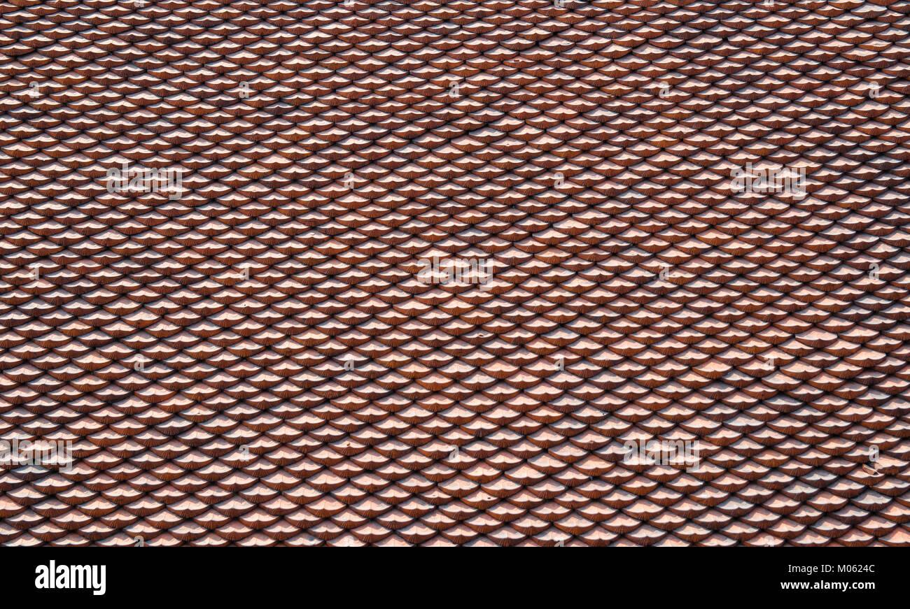 Tegole rosse del tetto sulla texture tempio della letteratura