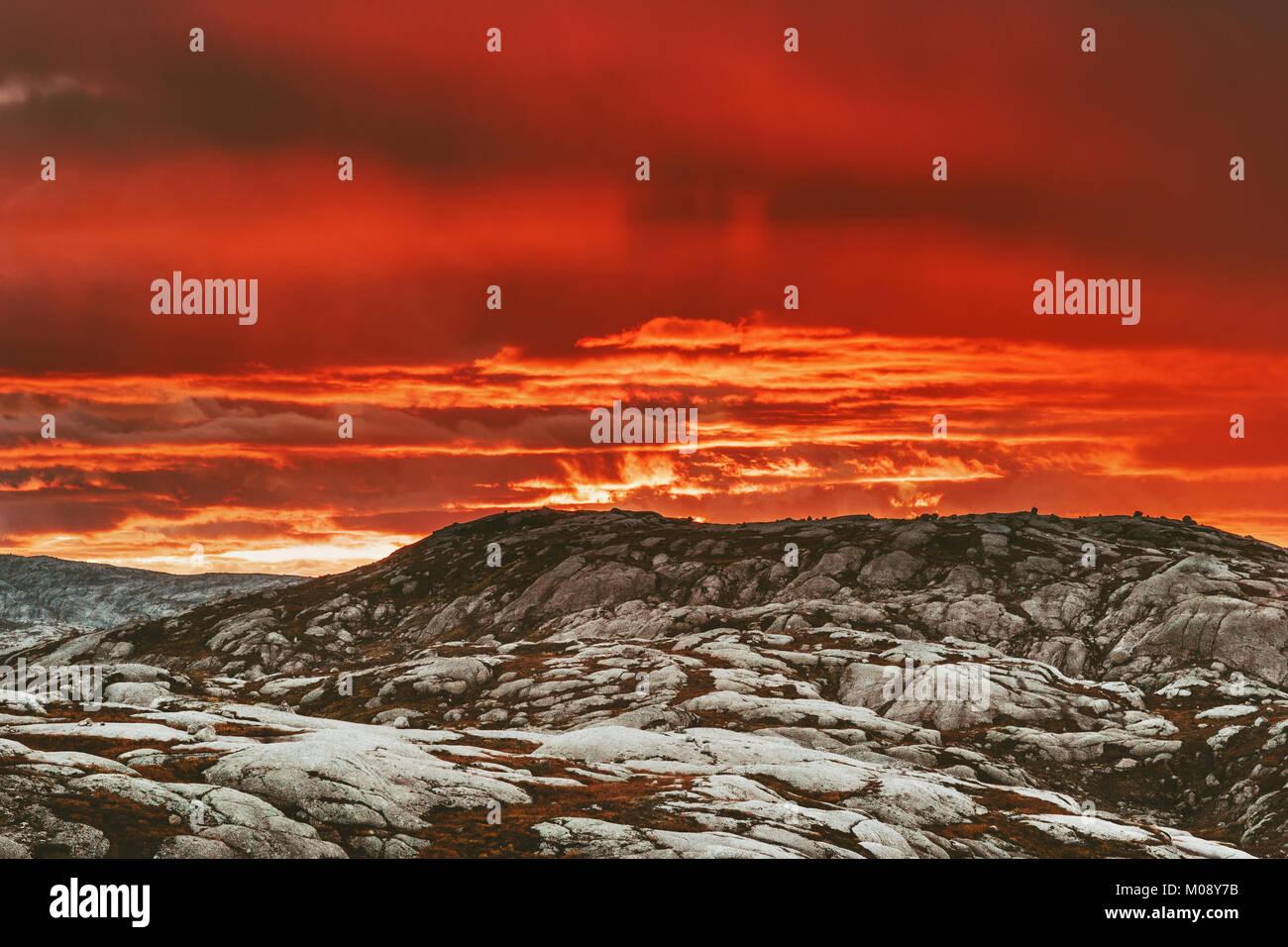 Tramonto Montagne Paesaggio in Norvegia Travel scenario naturale di rosso i colori del cielo Immagini Stock