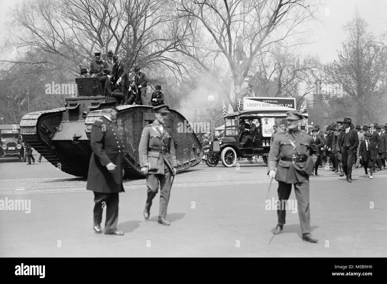 Parata di un serbatoio in un Washington Liberty Bond Parade Immagini Stock