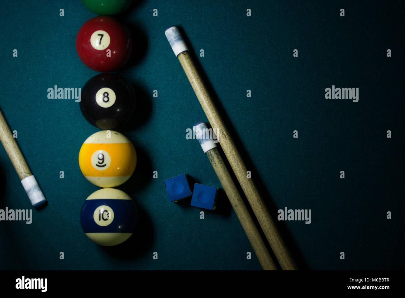 Tre bastoncini di cue, due i gessi per bigliardi e quattro palle da biliardo, otto palla da biliardo Immagini Stock