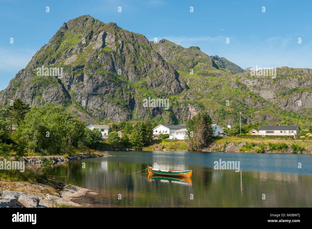 Paesaggio estivo a Sorvagen sulle isole Lofoten in Norvegia settentrionale Immagini Stock