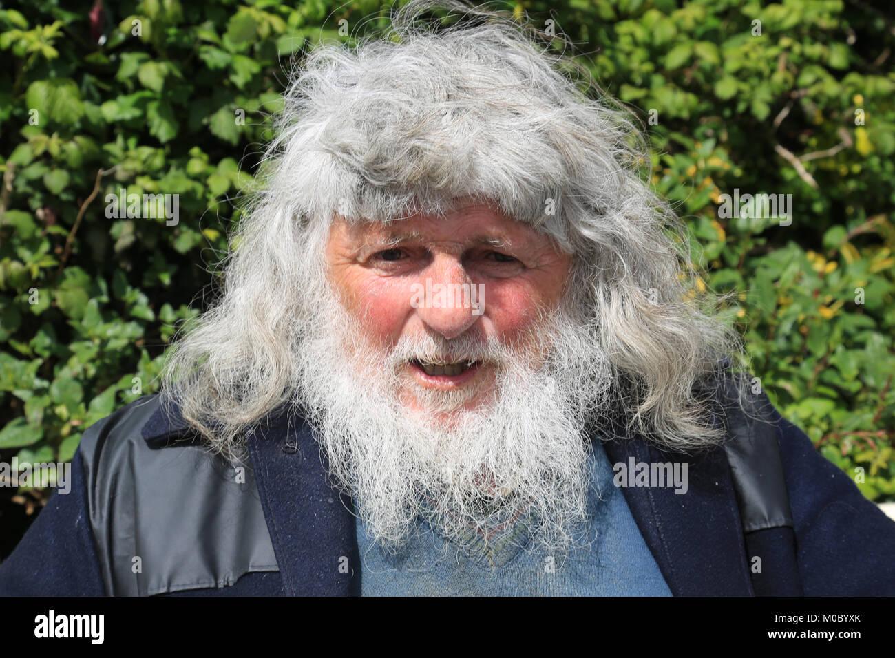 Anziani uomo irlandese con grande testa di capelli e barba 1da849f8f11
