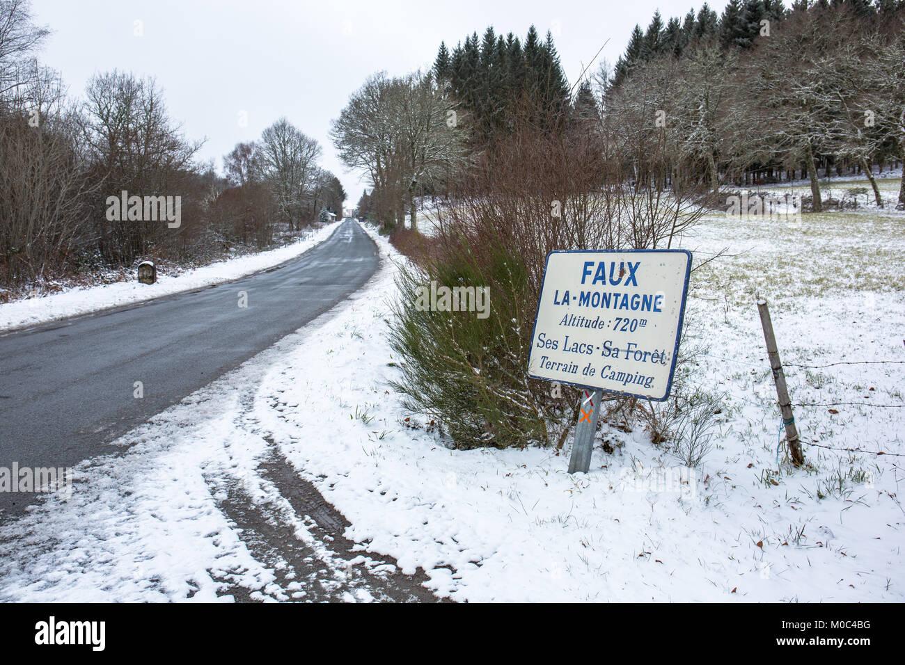 Segno lungo la strada D992 in inverno di entrare nel villaggio francese Faux-la-Montagne, Creuse, Nouvelle-Aquitaine, Immagini Stock