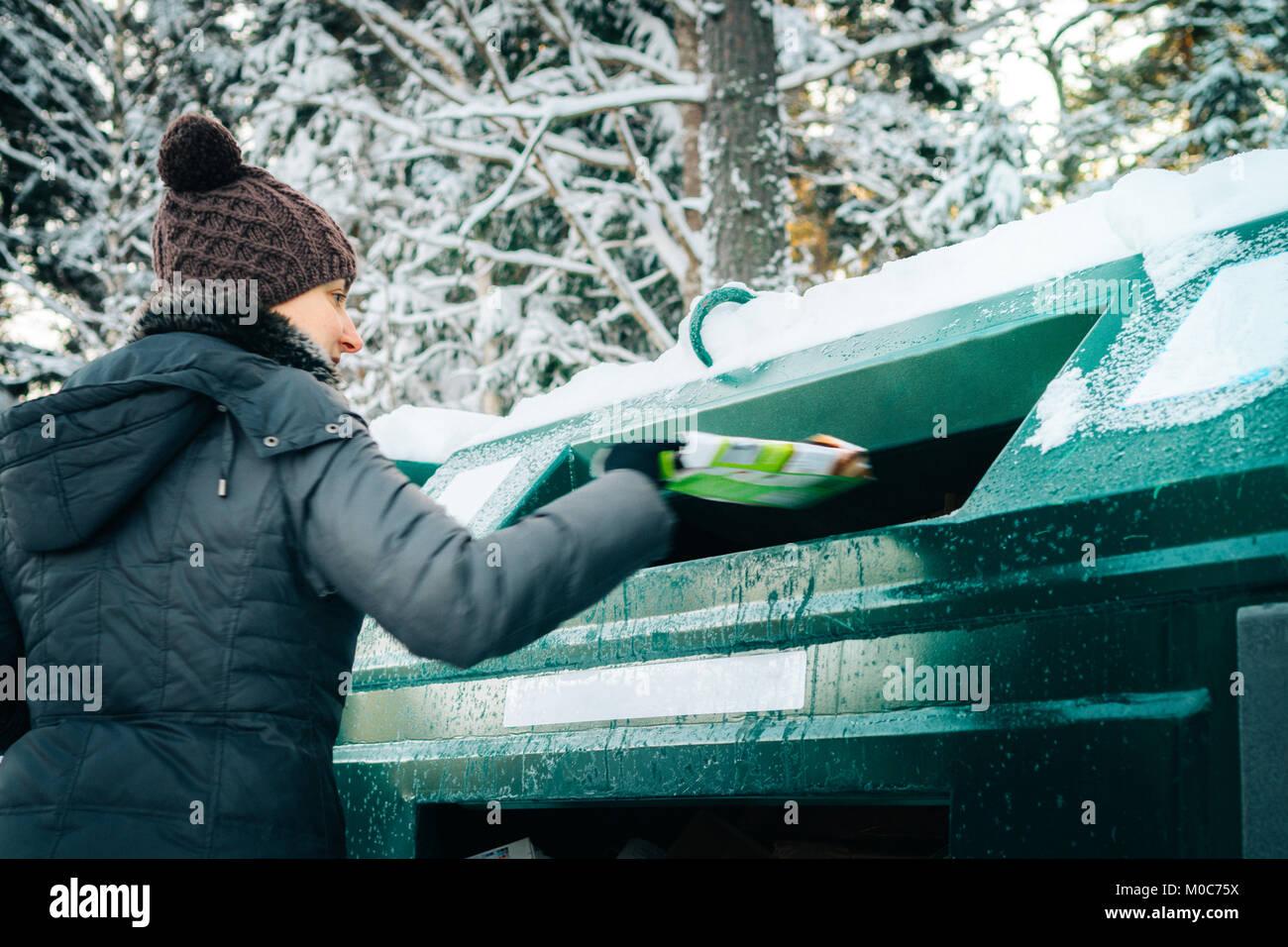 Donna del riciclaggio alla gestione dei rifiuti depo Immagini Stock
