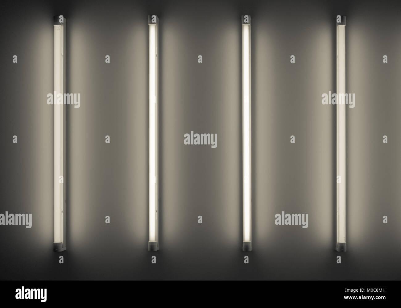 Quattro tubi al neon o lampade a parete foto immagine stock