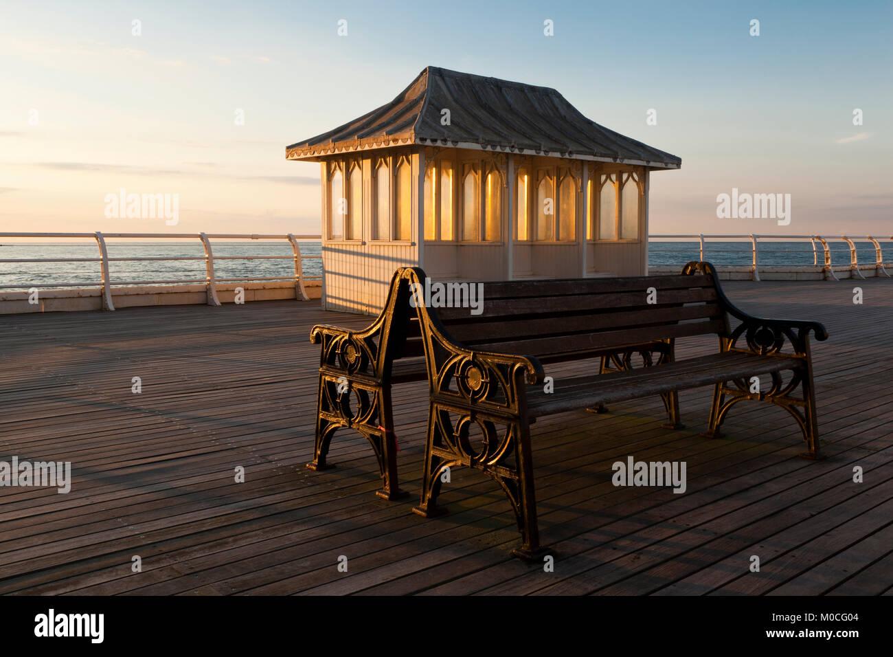 Posti a sedere coperti su Cromer Pier, Norfolk, Regno Unito Immagini Stock
