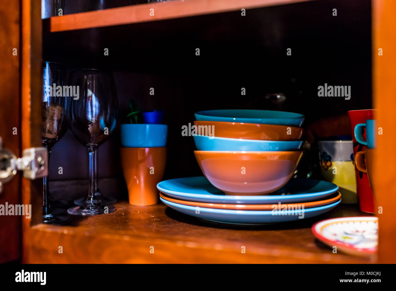 Credenza Per Bicchieri : Aprire cucina in legno sportello armadio credenza con molti piatti