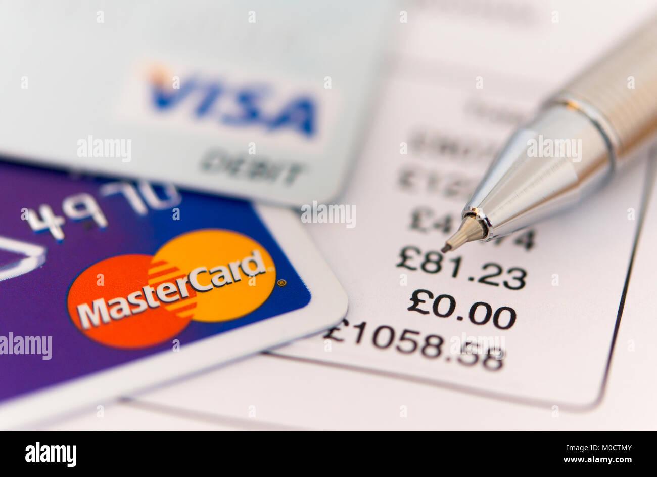 Un bancomat e carta di credito e con la penna sulla parte superiore di un disegno di legge - concetto mostra debito Immagini Stock