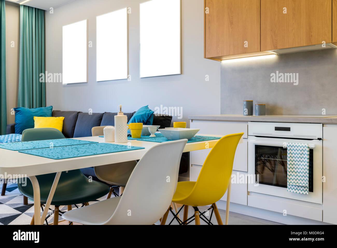 Di stile moderno interior design - soggiorno con cucina a ...