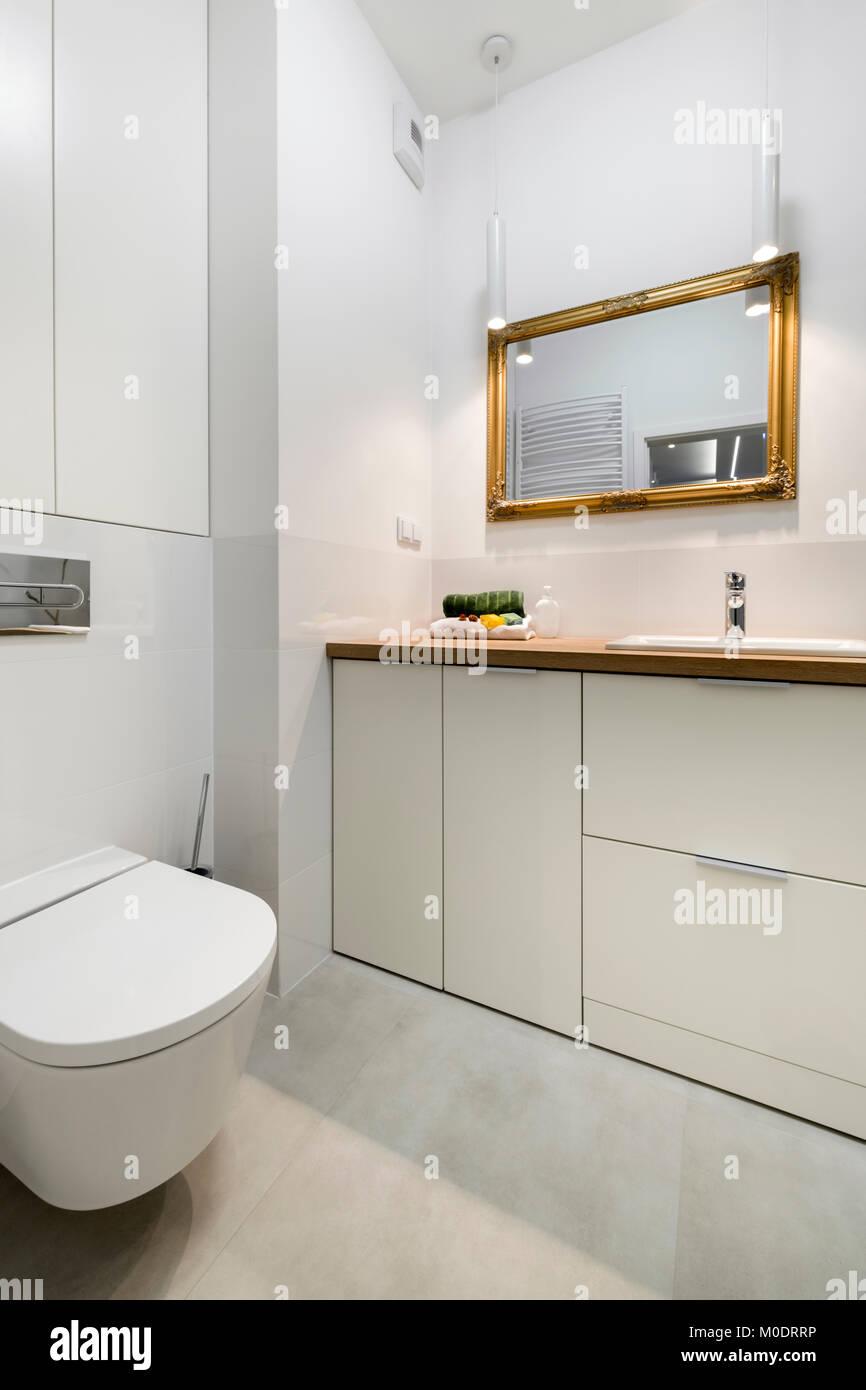 Bagno moderno con cornice dorata specchio in elegante ...