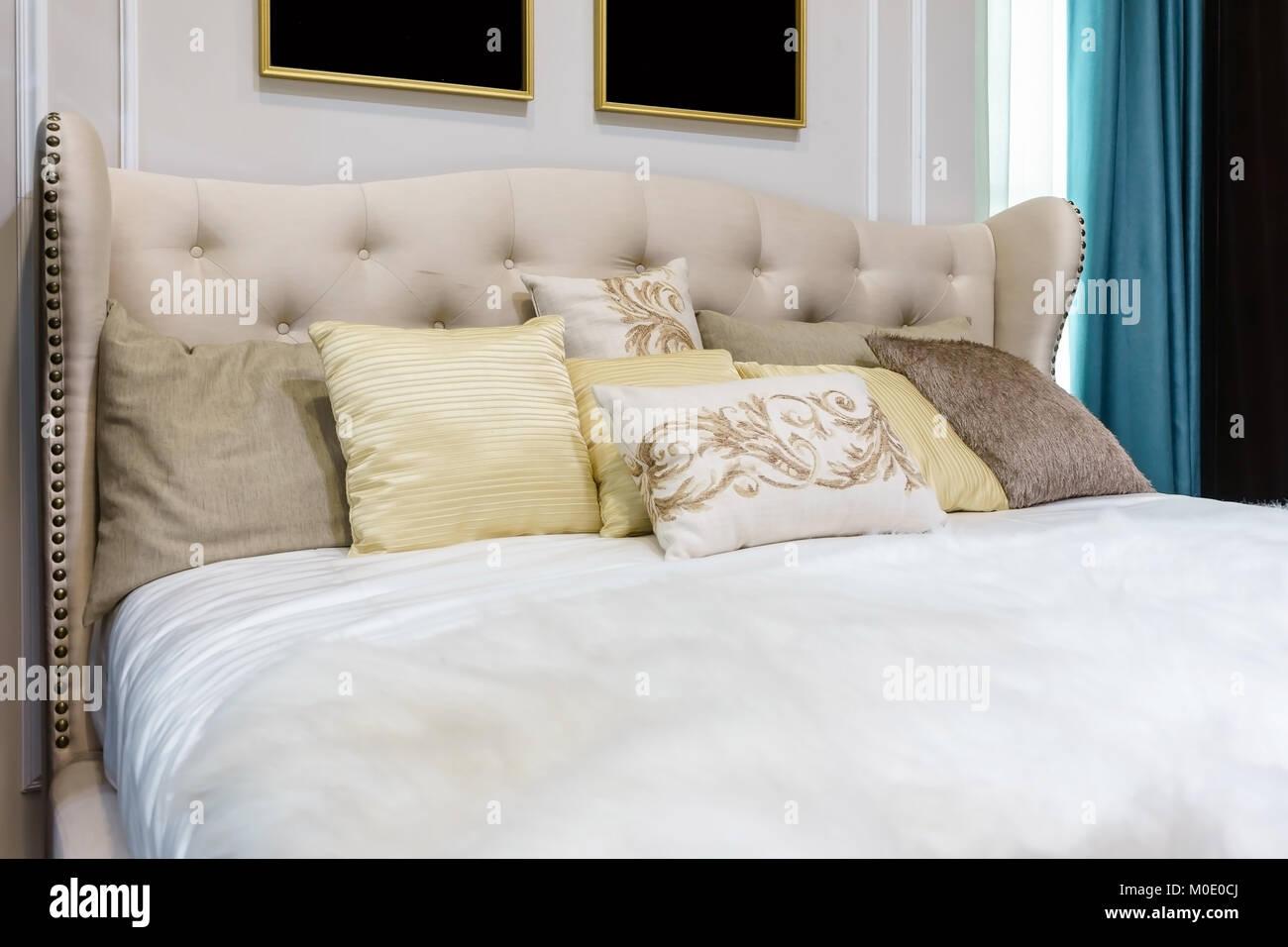 Cuscini Decorativi Letto.Vista Dettagliata Del Nuovo Letto Comfort Con Cuscini Decorativi