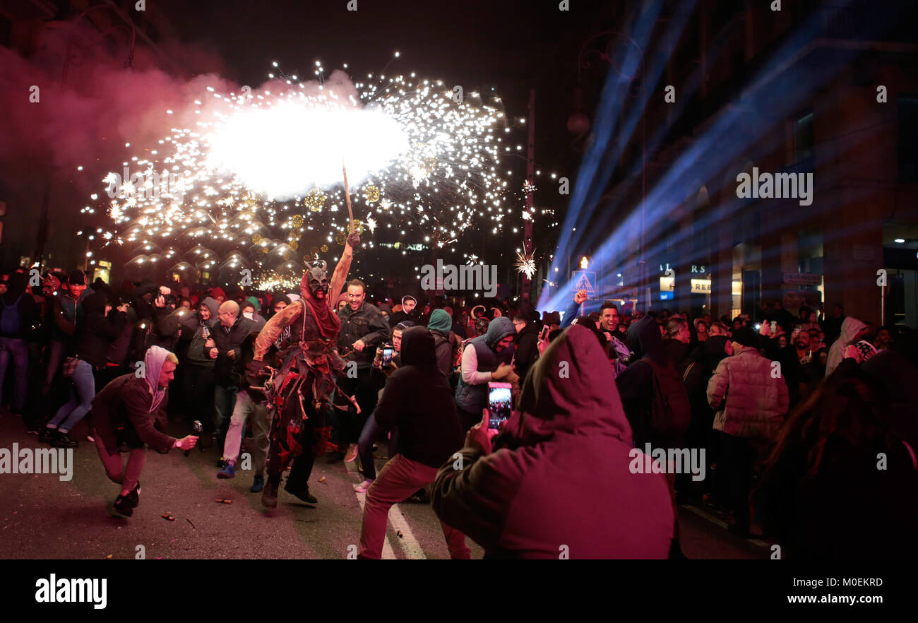 Palma de Mallorca, Spagna. Xxi gen, 2018. Festaioli vestiti come i diavoli e tenendo i fuochi d'artificio prendere Immagini Stock