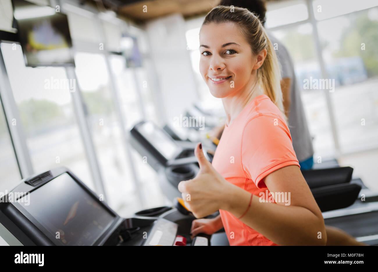 Giovane donna attraente facendo cardio-training in palestra Immagini Stock