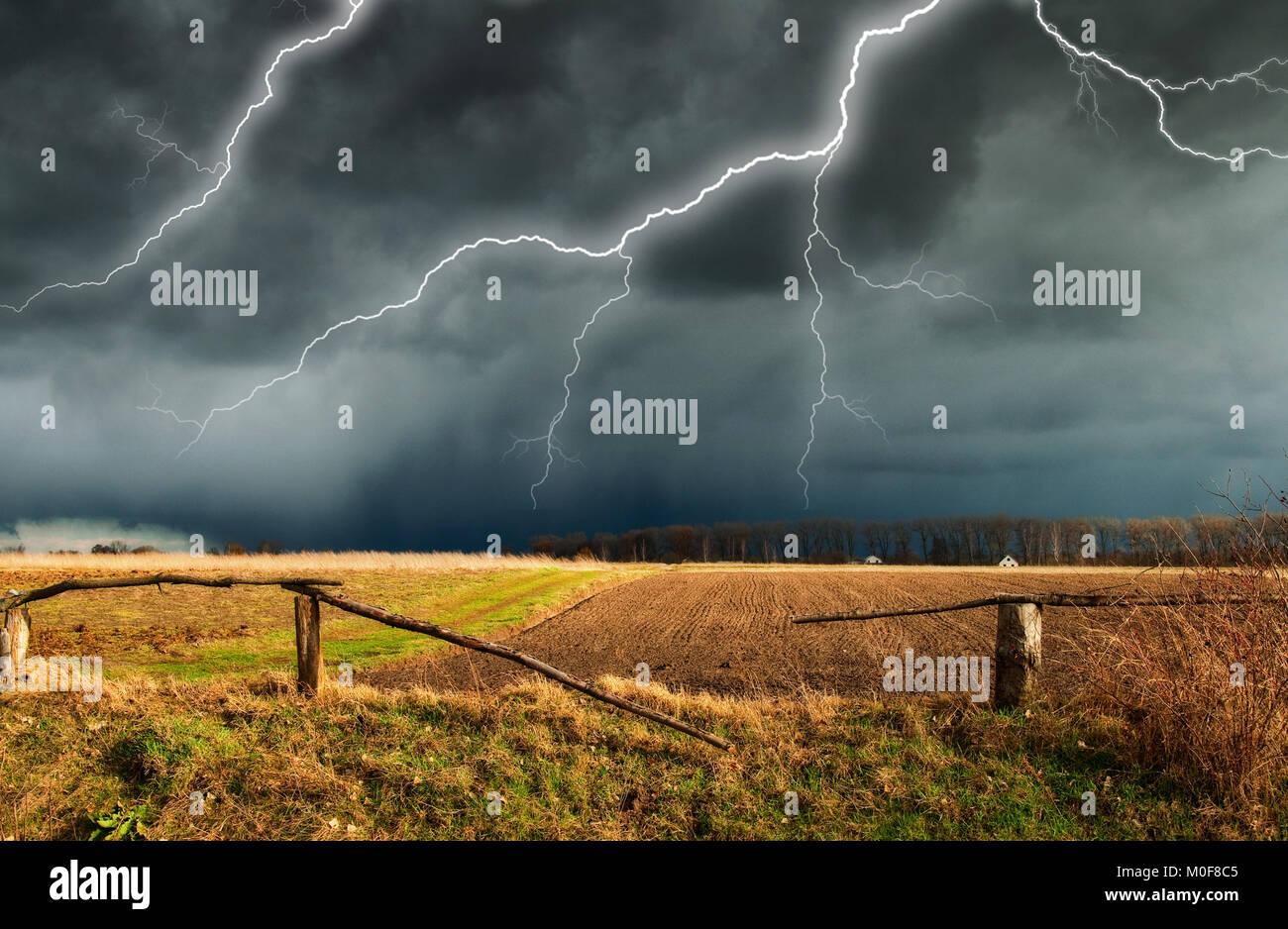 Thunder Sky. un fulmine nel cielo. nuvole scure Foto Stock