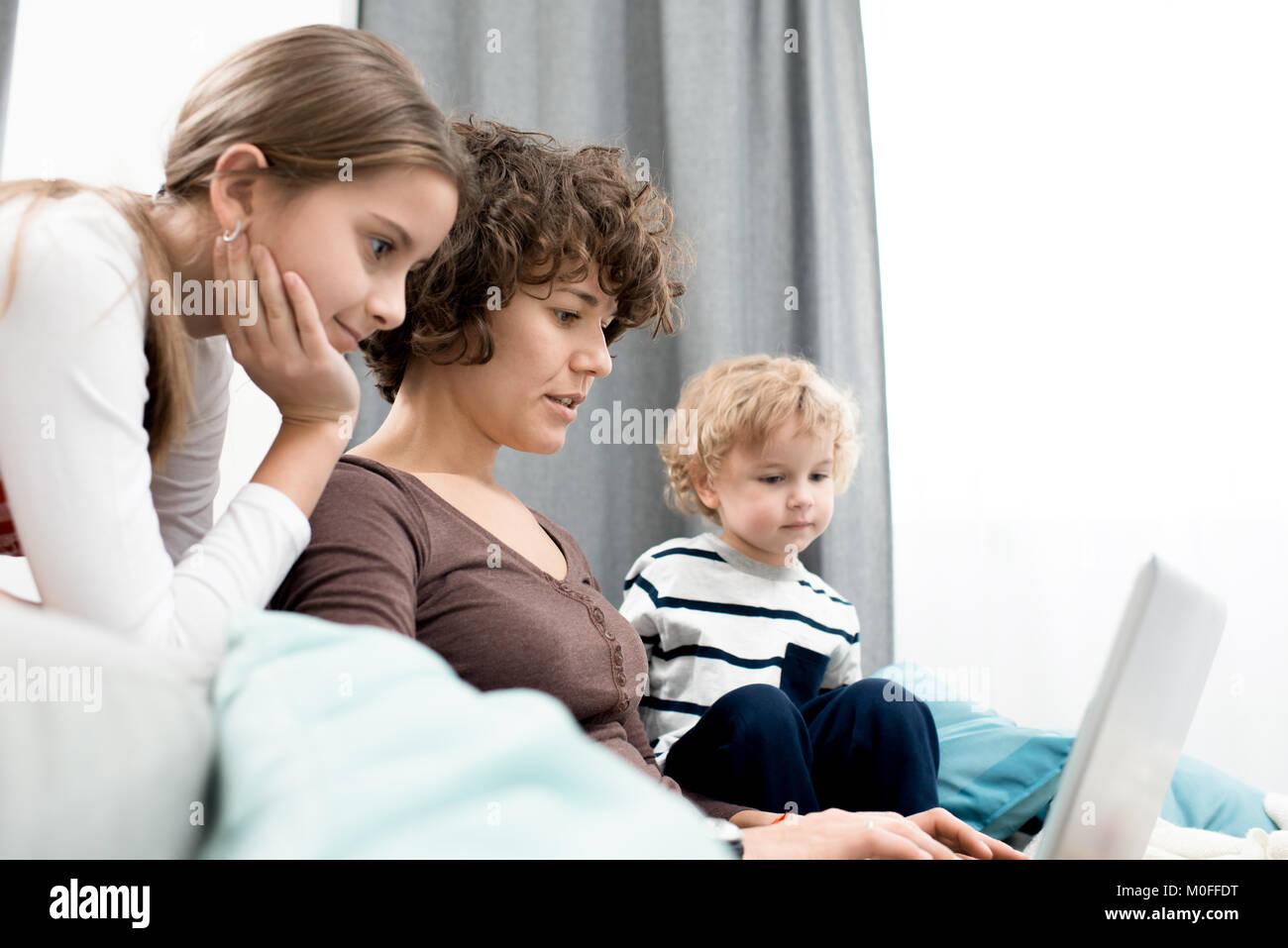 Famiglia riunita nel soggiorno Foto & Immagine Stock: 172445108 - Alamy