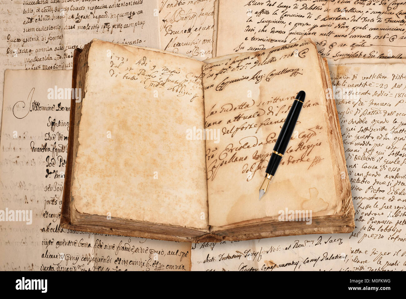 Vecchio copybook con penna stilografica su sfondo della grafia Immagini Stock