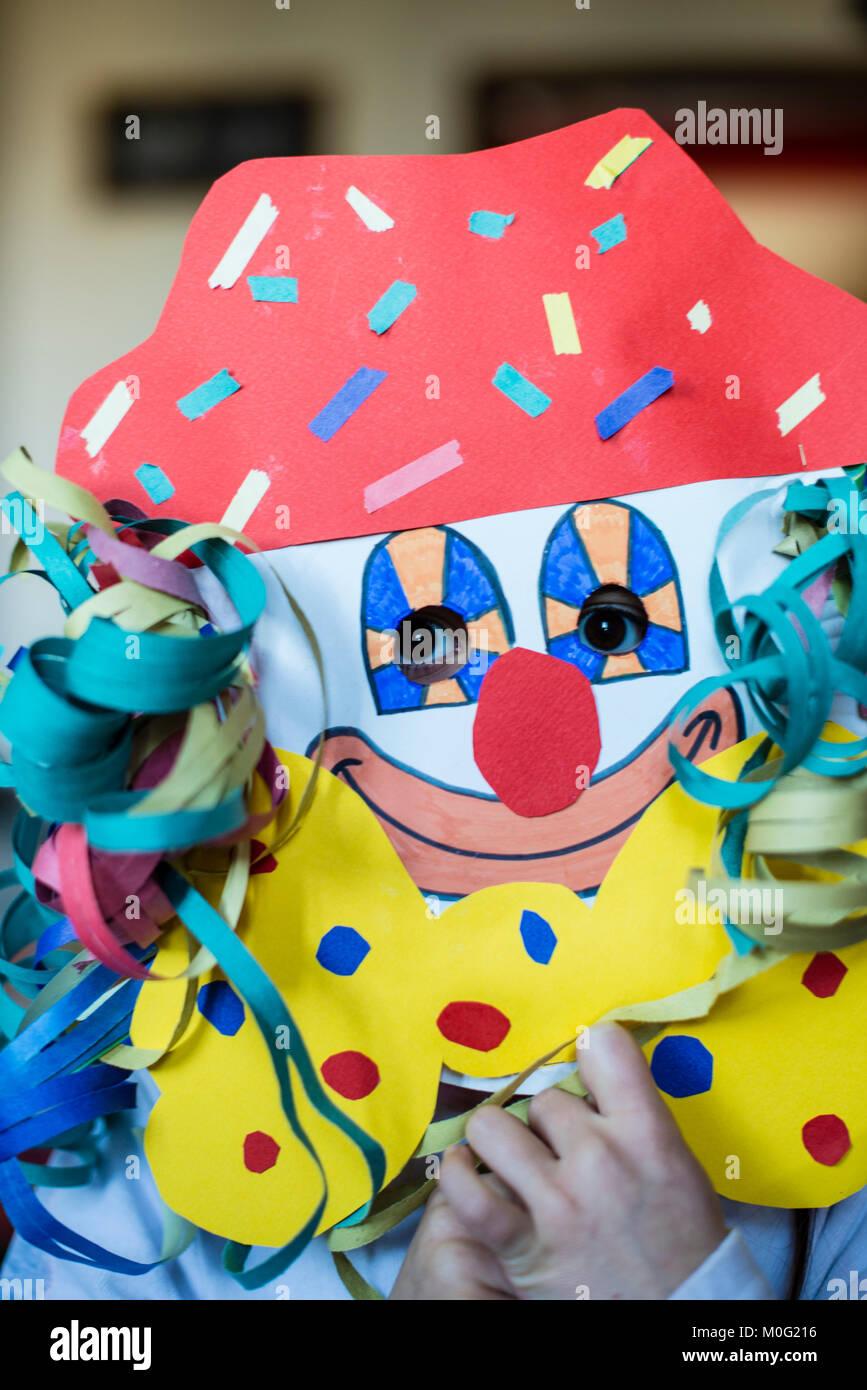 Ritratto di un 6 anno vecchio ragazzo con una maschera di Carnevale da lui stesso realizzato a casa Immagini Stock