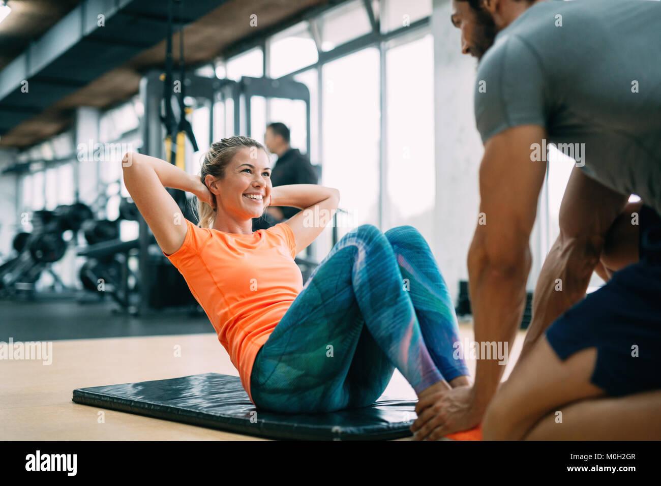 Personal trainer assiste la donna perdere peso Immagini Stock