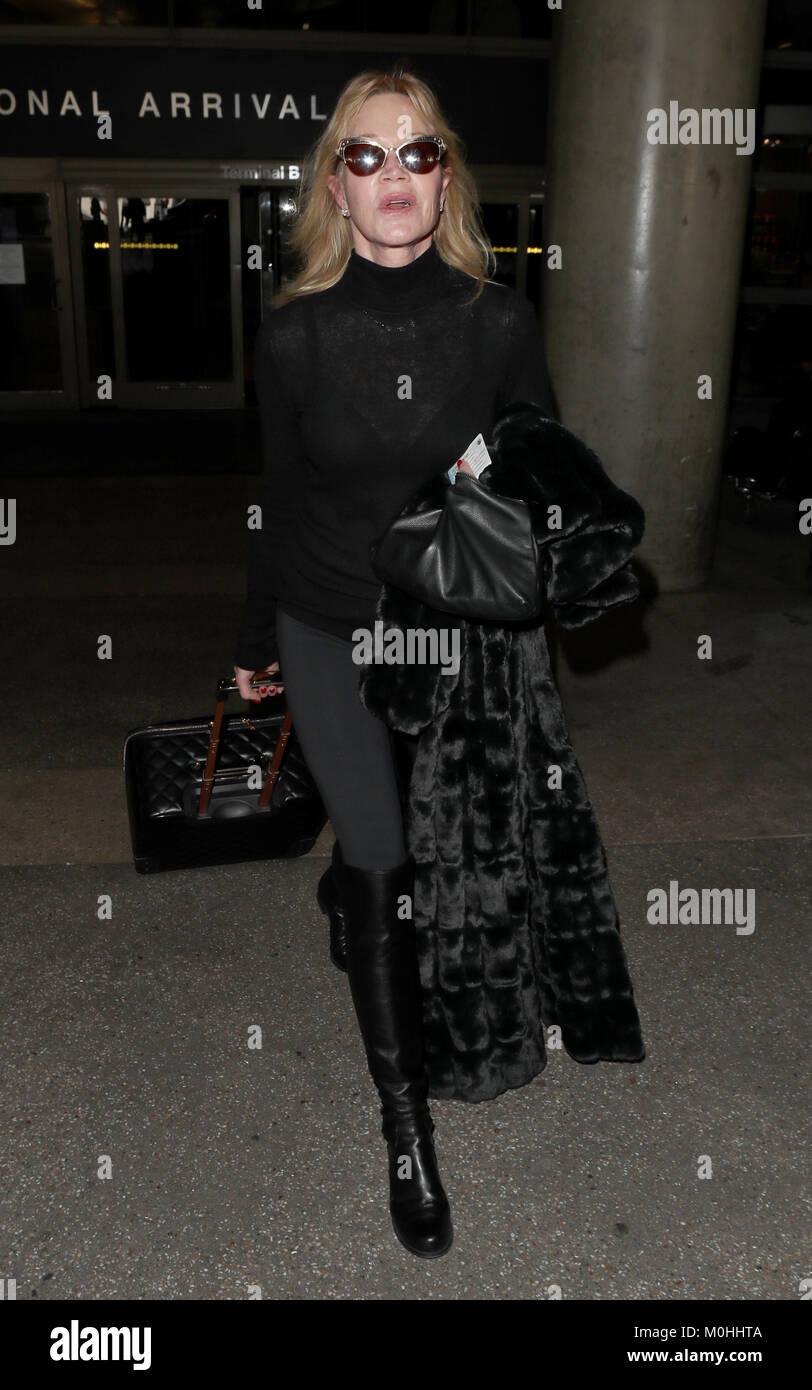 Melanie Griffith arriva all Aeroporto Internazionale di Los Angeles indossando  una piena lunghezza pelliccia Immagini bca81ac95f0