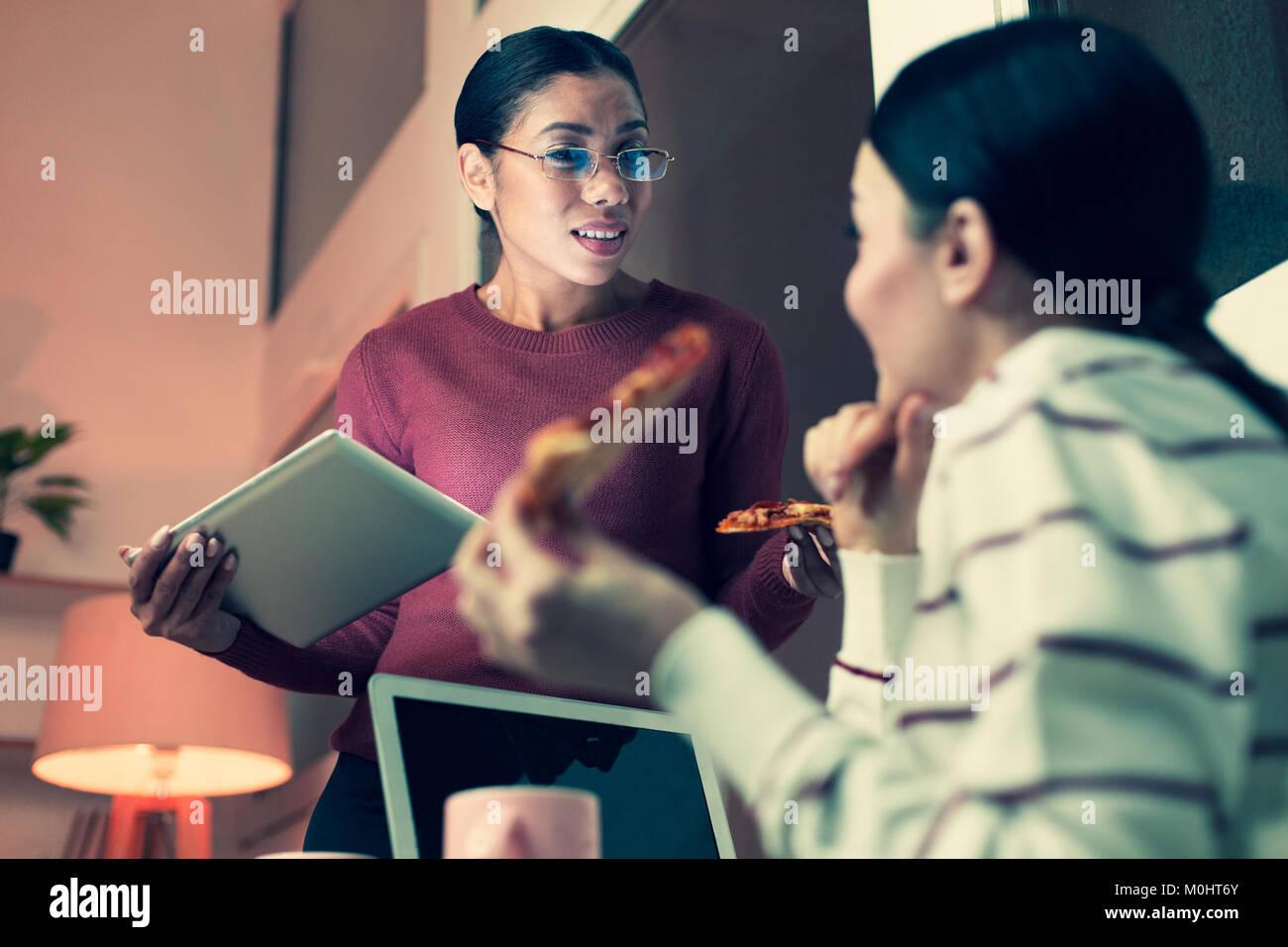 Piacevole la condivisione delle donne gossip durante la pausa di lavoro Immagini Stock
