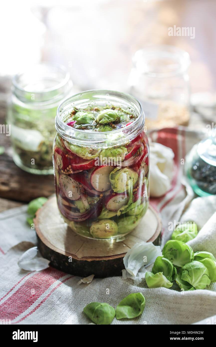 Vaso pieno di fatti in casa verdure fermentate. Immagini Stock