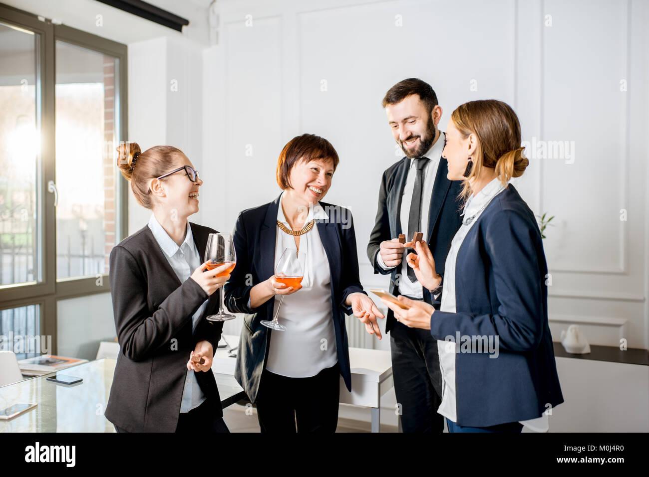 La gente di affari durante la riunione con bevande in ufficio Immagini Stock