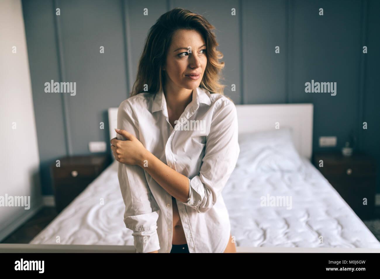 Foto di felice donna attraente in camera da letto Immagini Stock