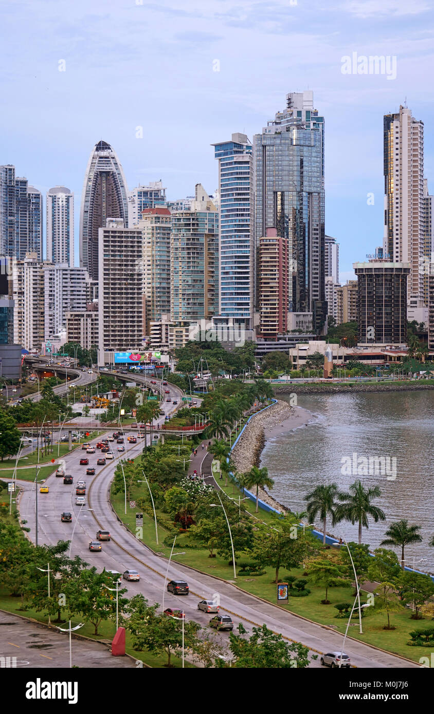 Panama vista dello skyline della citta' dalla Balboa Avenue, linea costiera (Cinta Costera). Punta Paitilla, Immagini Stock