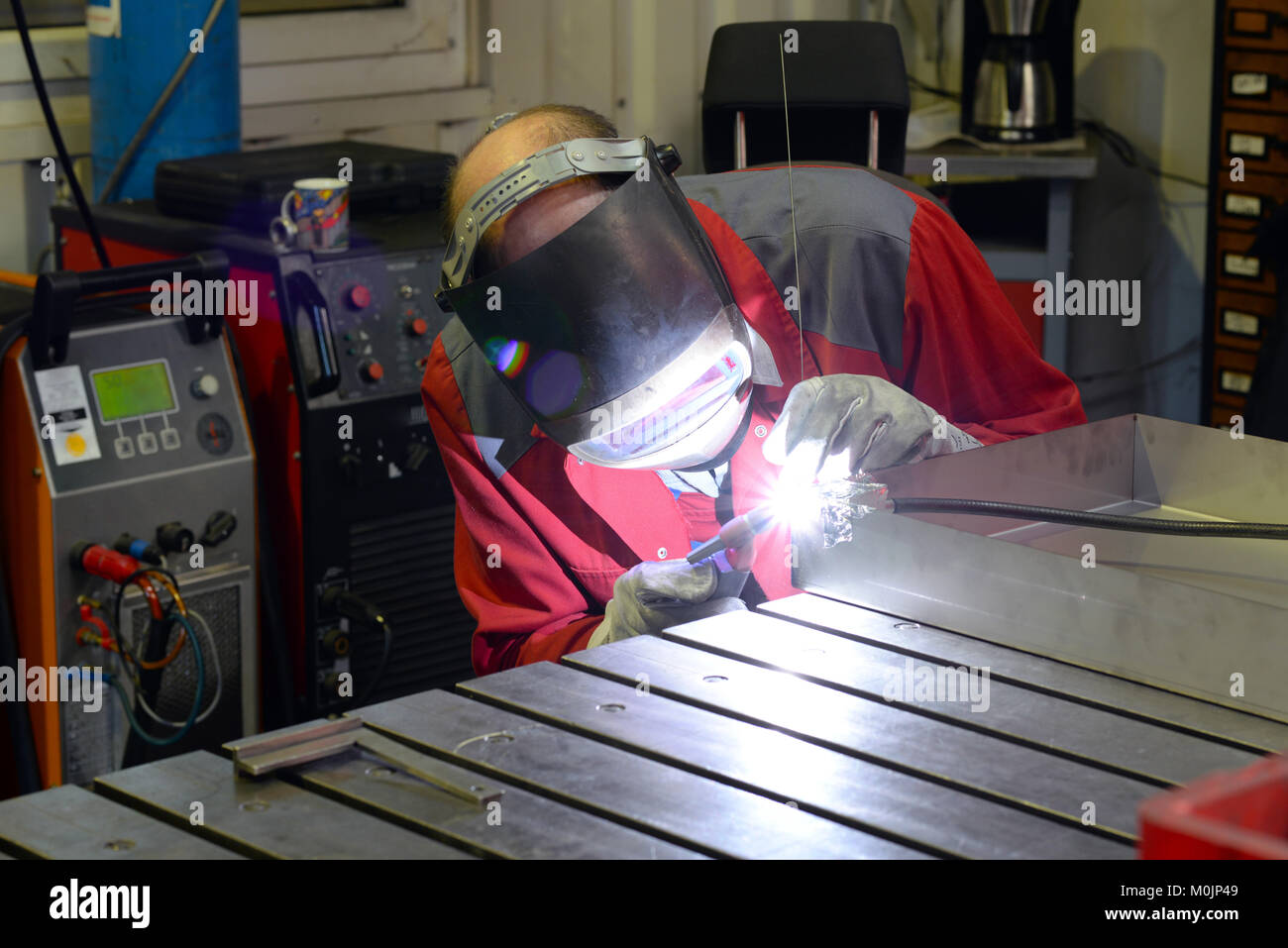 Saldatore lavora nell'industria metall Immagini Stock