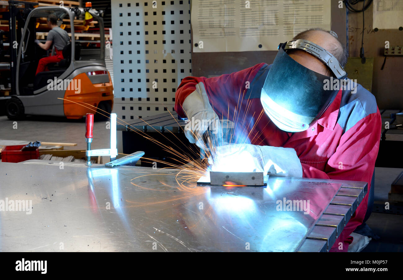 Saldatore lavora nell'industria metall - Ritratto Immagini Stock