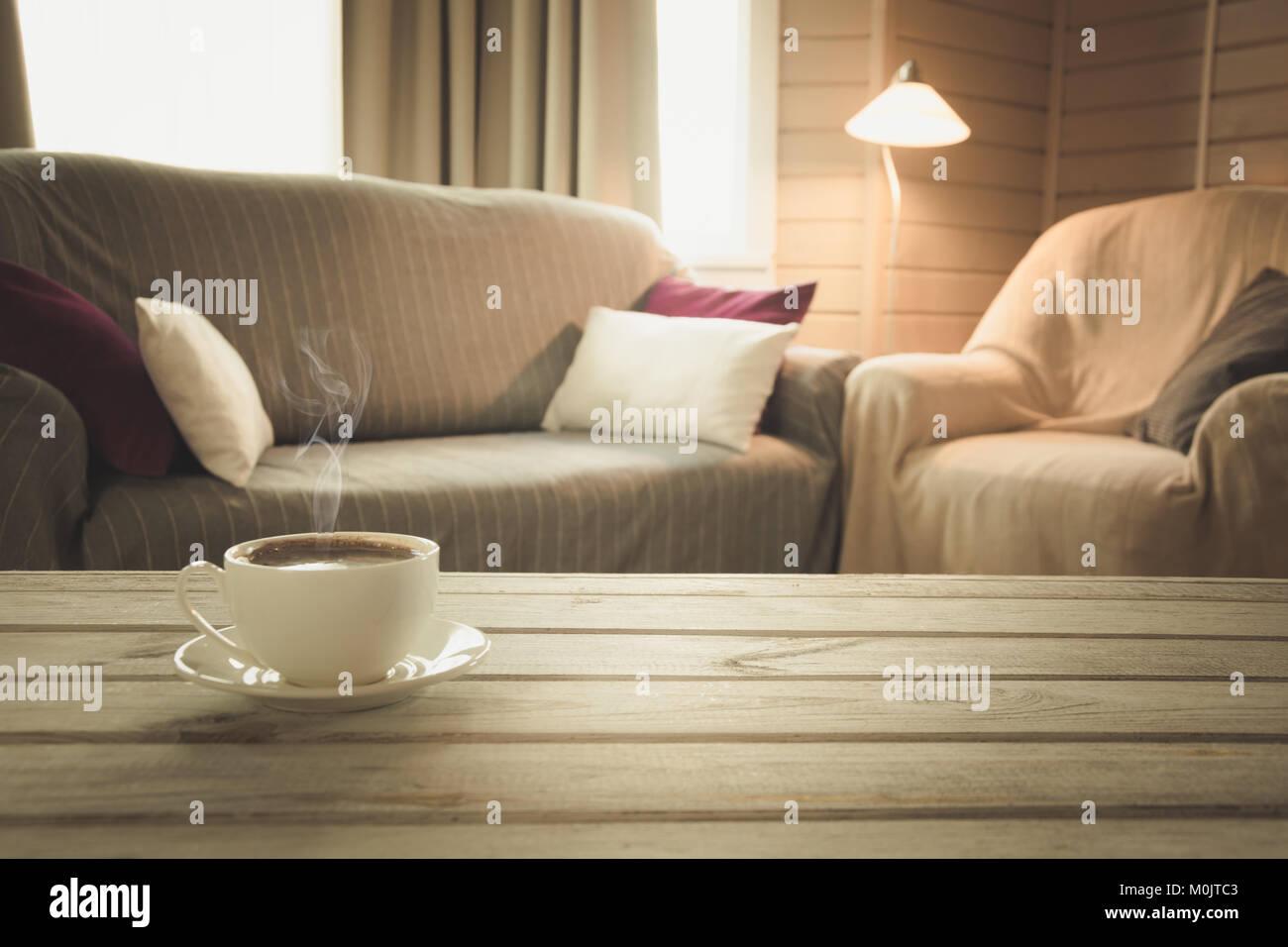 Caffè caldo sul piano portapaziente in soggiorno moderno in ...