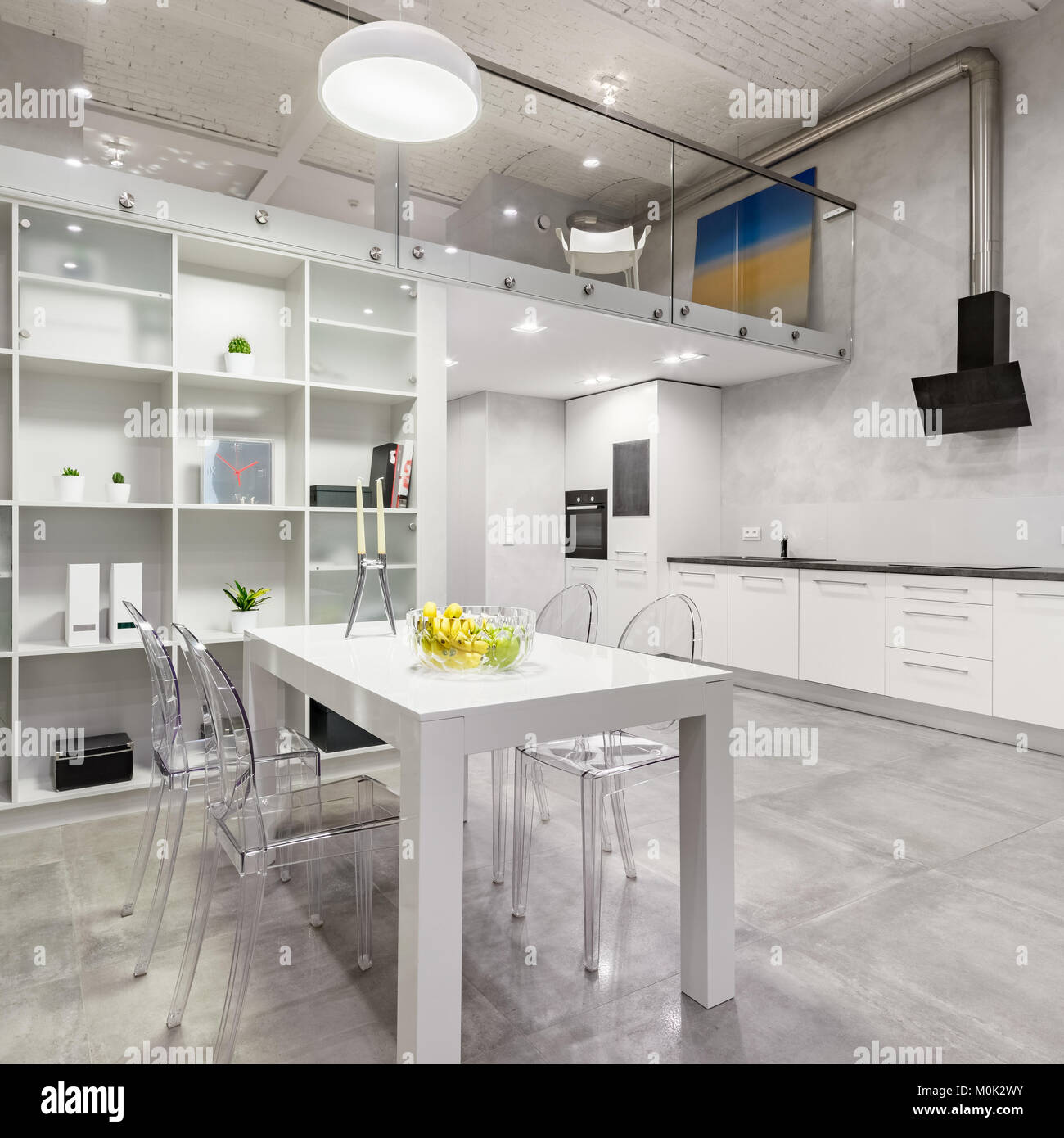 Tavolo E Sedie Trasparenti.Mezzanine Apartment Immagini Mezzanine Apartment Fotos Stock Alamy
