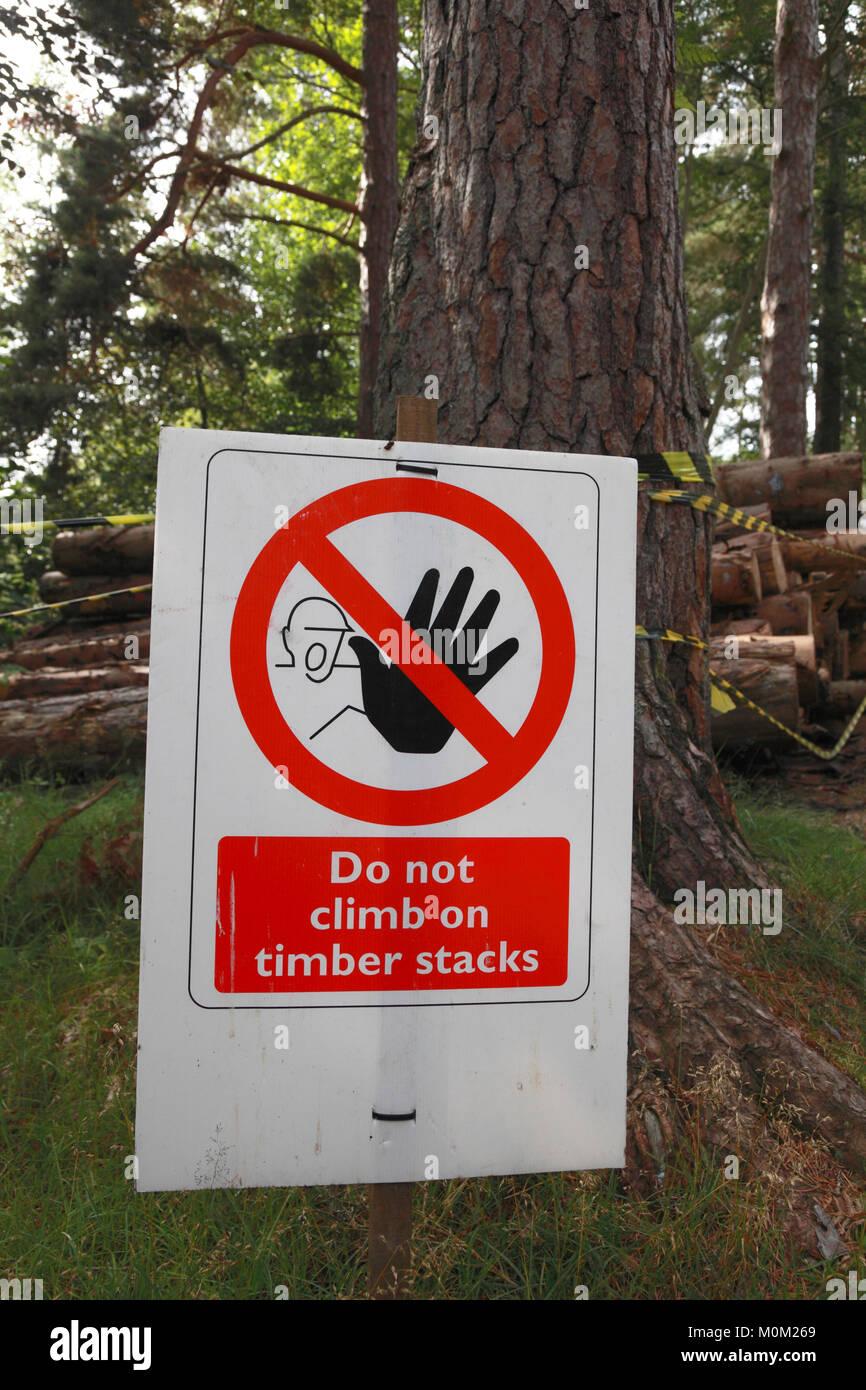 Sicurezza e salute segno di avvertimento del pericolo di arrampicate sulle pile di recente il taglio di legname Immagini Stock