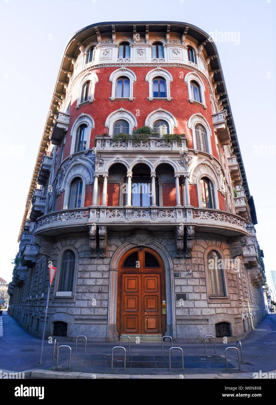 Edificio colorato, facciata in mattoni rossi di un vecchio stile liberty palace nel centro di Milano Immagini Stock