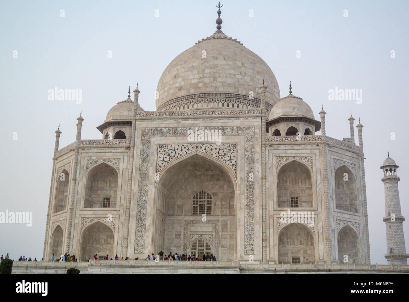 Agra, India, Indiana i turisti in visita a Taj Mahal Immagini Stock