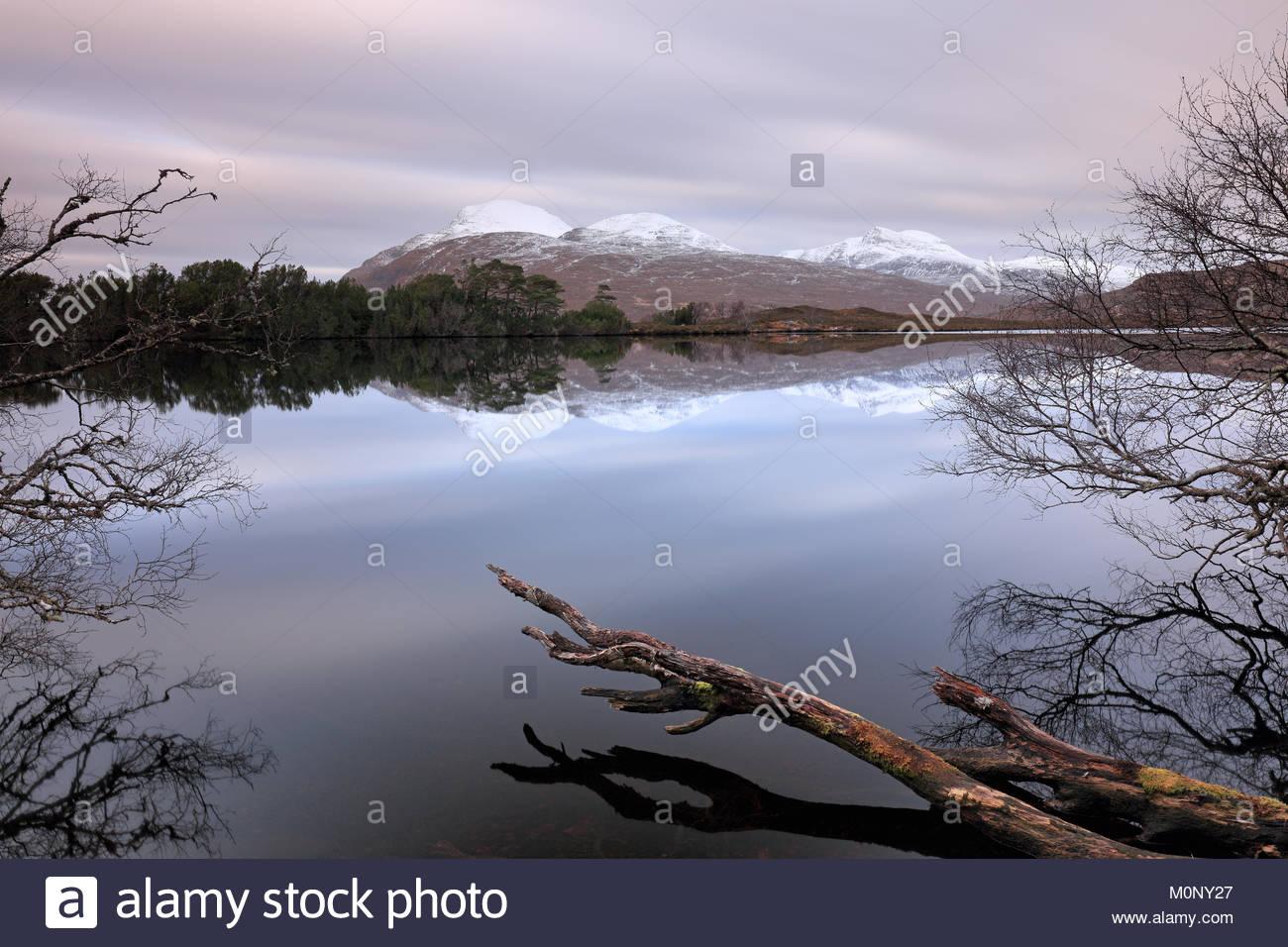 Un 268-secondo una lunga esposizione di Loch Cul Dromannan e del paesaggio di montagna nelle Highlands Scozzesi. Foto Stock