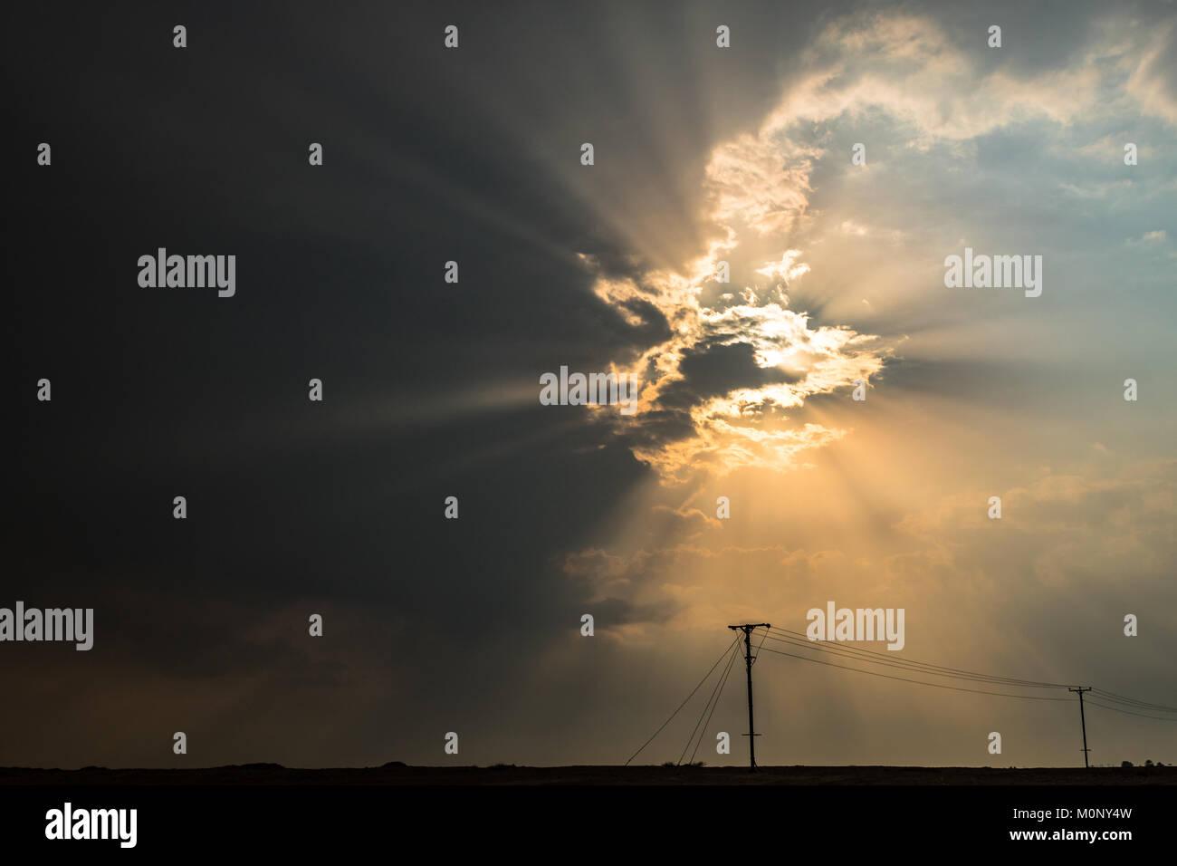 Oscurato dal cielo nuvoloso, la luce del sole forme incredibili sentieri di luce attraverso le nuvole Immagini Stock
